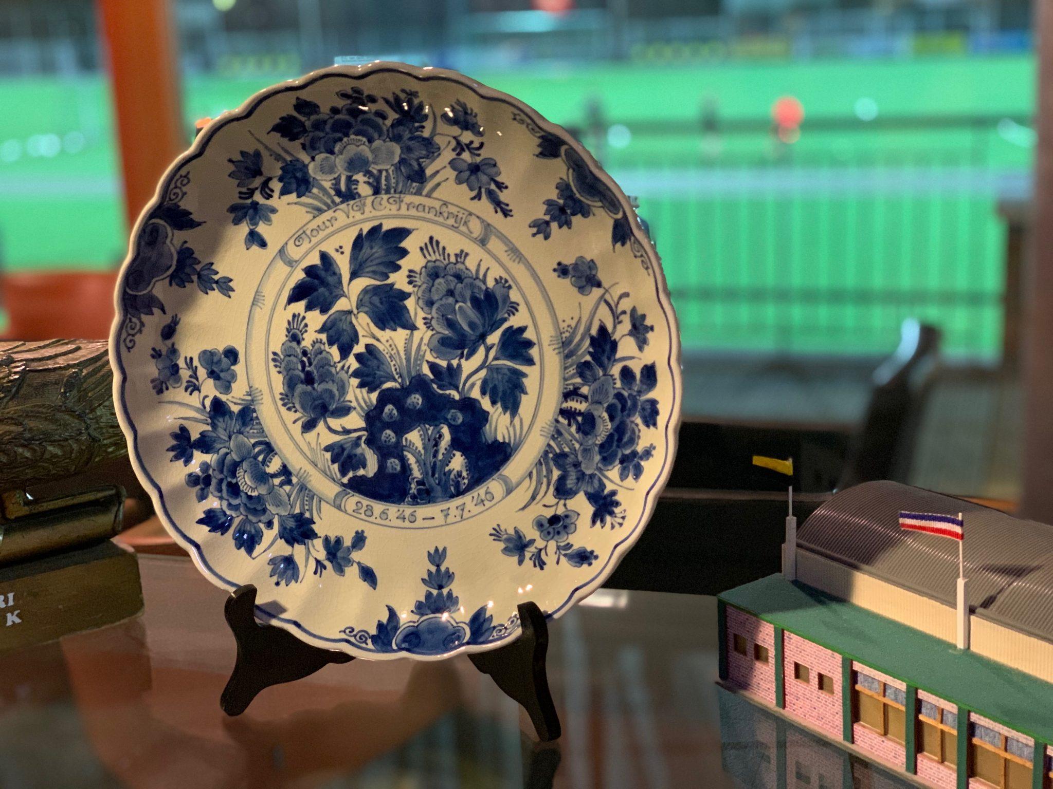 Familie Sprij doneert Delfts Blauw bord uit 1947 aan VFC